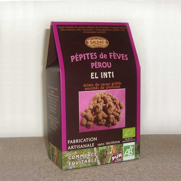 Des éclats de fèves de cacao grillés, enrobés de chocolat noir 63 %, recouvert de cacao en poudre.