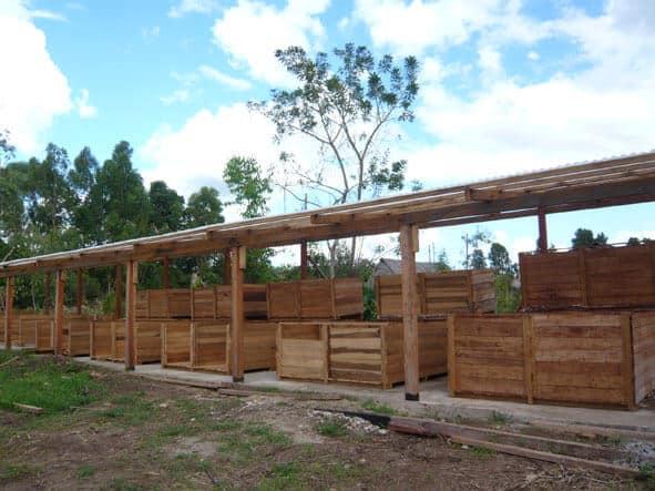 Vue d'ensemble des caisses de fermentation du cacao de la coopérative