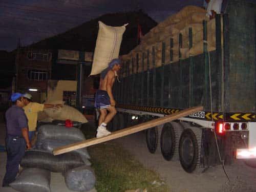 Chargement du camion en route pour Lima