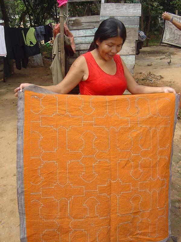 Nelda en train d'élaborer une nappe traditionnelle
