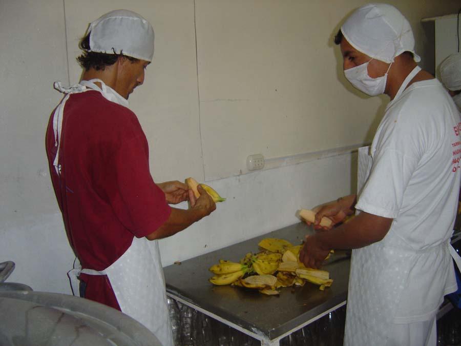 Epluchage des bananes roses