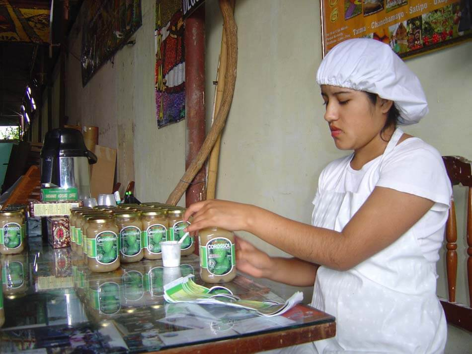 Maria etiquettant la confiture de Corossol