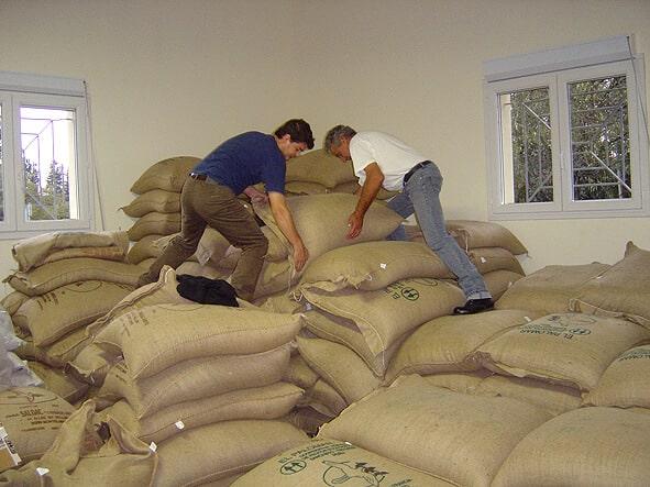 Rangement des sacs de café à la main, 69 kg !
